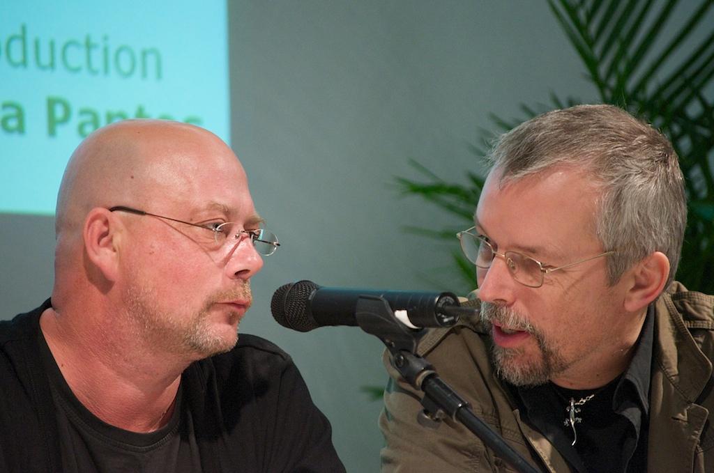 Kevin Brooks (links) und sein Übersetzer Uwe-Michael Gutzschhahn