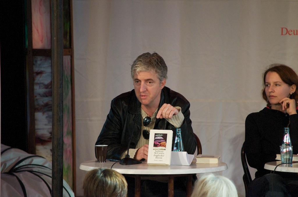 Anthony McCarten beim Beantworten von Fragen (rechts daneben Alina Bronsky)